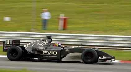Chris Harris in een Formule 1 auto