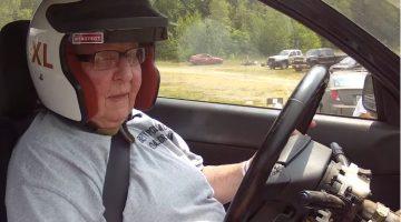 Oma van 91 rijdt Rallycross