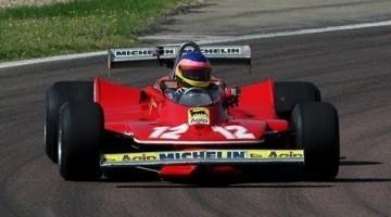 Jacques Villeneuve in de Ferrari 312 T4 van zijn vader Gilles
