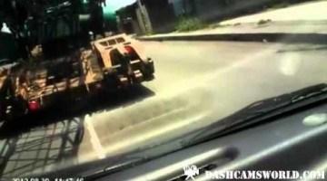 Hijskraan sleurt auto over de weg