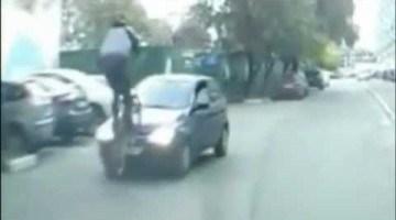 BMXer probeert over auto te springen