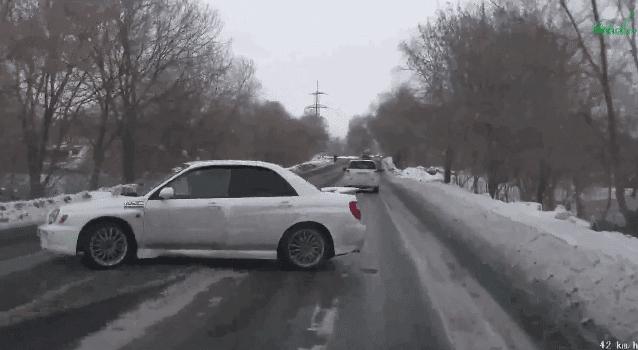 Schitterende inhaalmanoeuvre van Subaru Impreza WRX