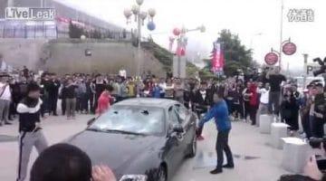 Man vernielt zijn Maserati Quattroporte uit Protest