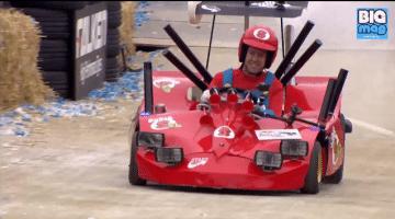 Sebastian Vettel rijdt als Super Mario in Zeepkistenrace