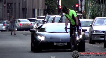Fietser zoekt ruzie met Lamborghini Aventador