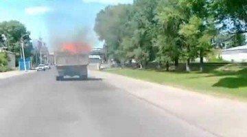 Chauffeur heeft niet in de gaten dat vrachtwagen in brand staat