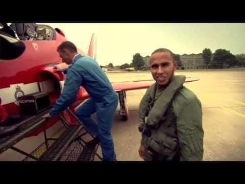 Lewis Hamilton vliegt met de RAF Red Arrows