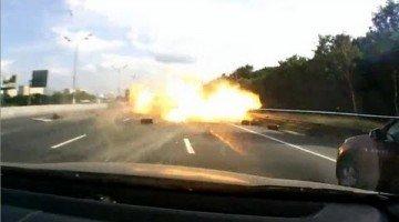 Vrachtwagen Vol Gasflessen Crasht en Explodeert
