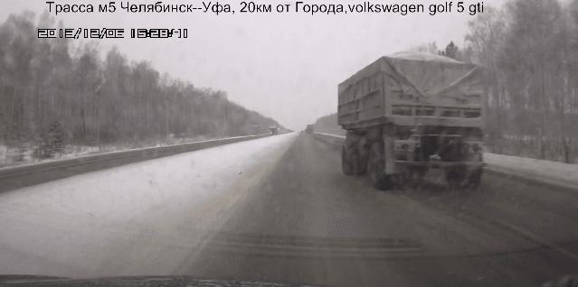 Vrachtwagen verliest trailer op snelweg