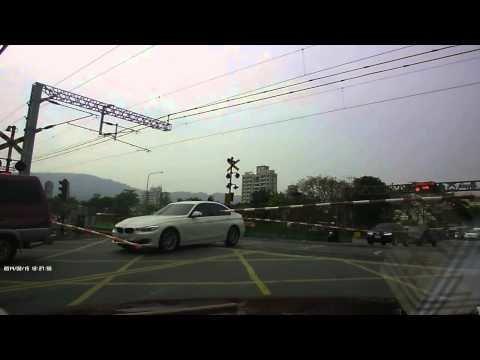 BMW rijder ontsnapt aan een aankomende trein