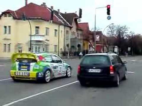 Stoplicht sprint tussen twee Ford Focussen