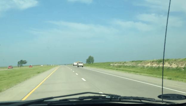 Jeep Vliegt over Geparkeerde Trailer