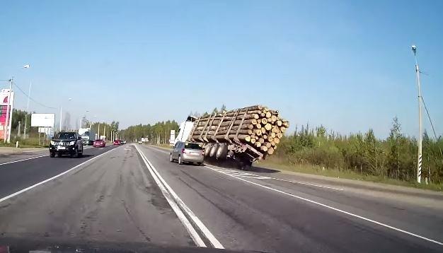 Zie hoe een Skoda twee vrachtwagens omver gooit