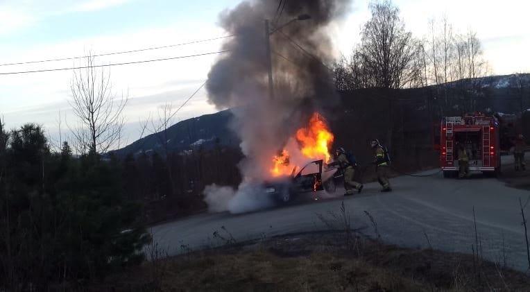 Brandende C-klasse rolt van helling naar beneden