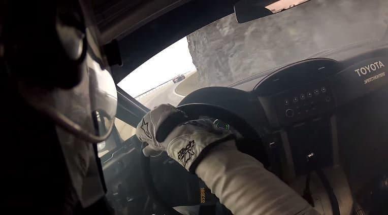 Onboard een 800 pk Toyota GT86 driftend op een bergweg