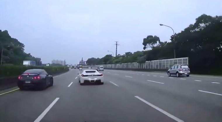 Racende Ferrari 458 en Nissan GT-R veroorzaken ongeluk