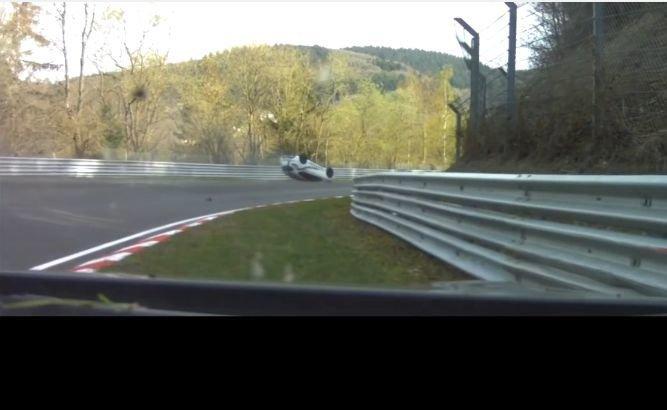 Clio RS gaat op zijn dak na tik van GT-R