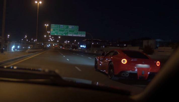 Ferrari F12 Berlinetta in de vangrail na straatrace