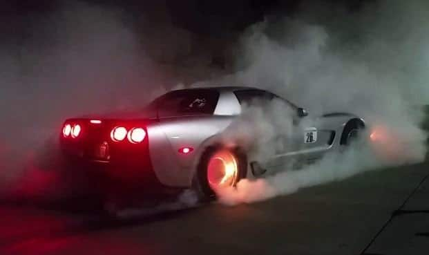 Corvette C5 zet remmen in de fik tijdens burnout