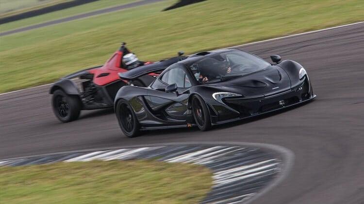 Kan een BAC Mono een McLaren P1 verslaan op Anglesey circuit?