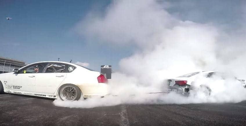 tug of war tussen twee driftauto's