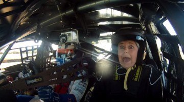 Vrouw is bang in V8 Supercar