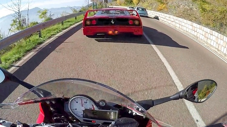 BMW S1000RR jaagt op een Ferrari F40