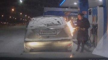 Vrouw zet tankstation in brand