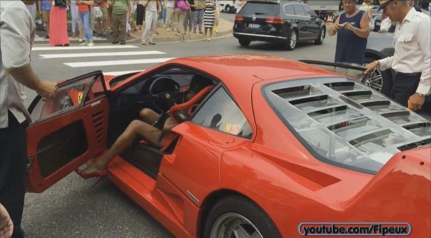 Dame met hoge hakken rijdt Ferrari F40