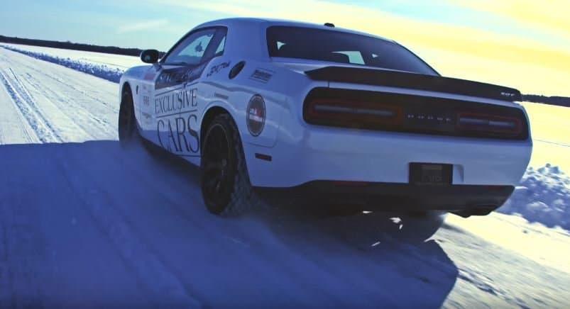 video dodge challenger hellcat glibbert naar 274 km h op ijs. Black Bedroom Furniture Sets. Home Design Ideas