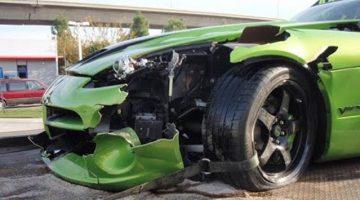Showen in een Dodge Viper GTS