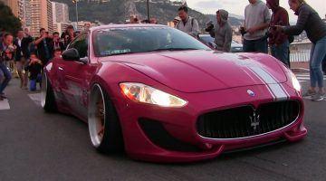 Roze Maserati Granturismo met luchtvering