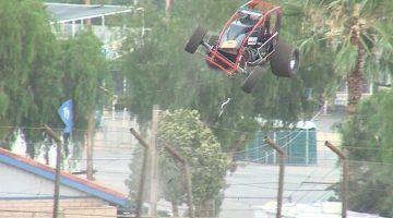 Sprint Car stuitert als een Mario Kart over het hek