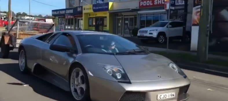 Lamborghini Murcielago trekt aanhanger vol geiten