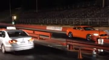 Mustang GT racet achteruit