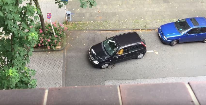 Vrouw krijgt Opel Corsa echt niet in parkeervak