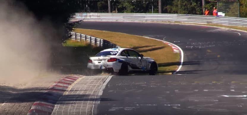BMW M235i Racing spint twee keer in dezelfde bocht