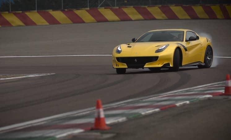 Chris Harris test de Ferrari F12tdf op Fiorano