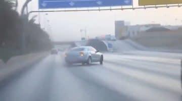 Arabieren driften met 220 kmh over snelweg