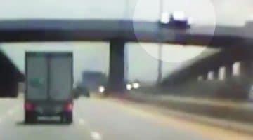 Auto valt 10 meter van viaduct
