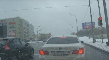 BMW 7 chauffeur verliest de controle