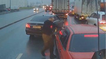 Gefrustreerde Mercedes-bestuurder spuit pepperspray