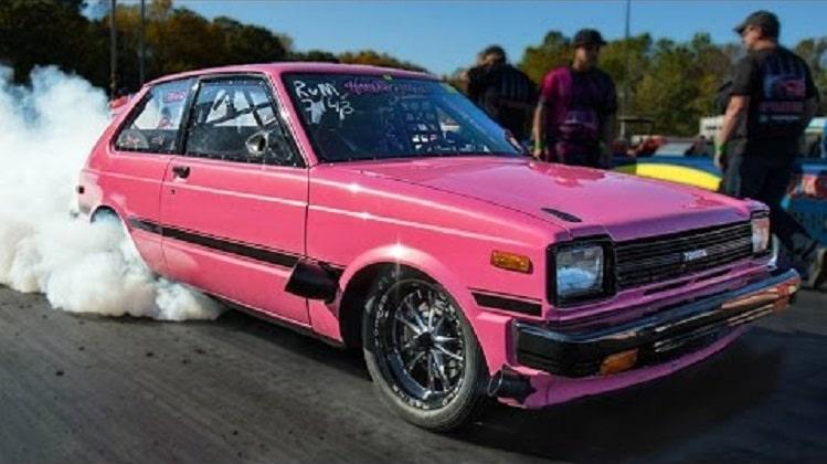 Kleine roze Toyota Starlet heeft een beresterke turbo wankelmotor