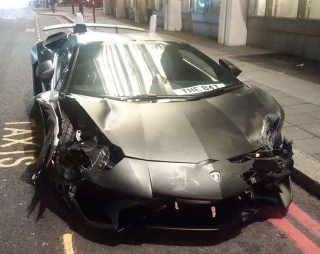 Lamborghini Aventador SV knalt op stilstaand verkeerd