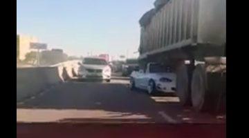 Mazda MX-5 past precies onder trailer