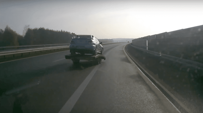 Autotrailer kiest -piep- zijn eigen -piep- weg