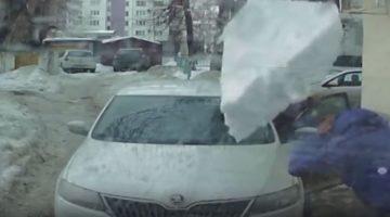 Gigantisch stuk sneeuw valt bovenop Skoda