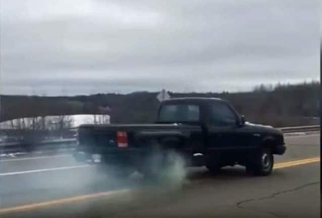 Wat gebeurt er als je een auto in zijn achteruit zet bij 60 kmh.