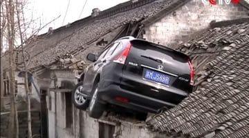 Chinees parkeert zijn Honda CR-V op een huis