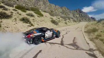 Formula Drift kampioen Chris Forsberg drift zijn 900 pk 370Z een berg op